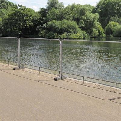 גדר זמנית ליד נהר